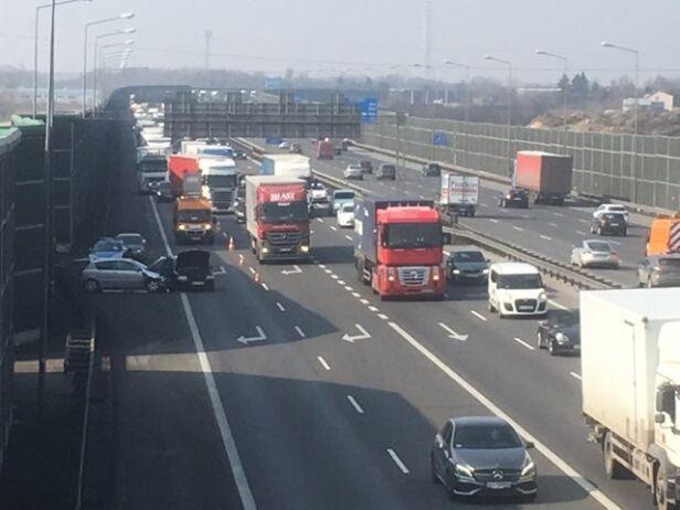 Zderzenie czterech samochodów na A2 warszawa@tvn.pl