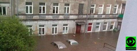 Wielkie ulewy, samochody pod wodą. Ludzie ewakuowani na pontonach