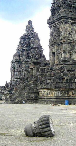 Zniszczenia w zespole świątynnym Prambanan na Jawia (Wikipedia)